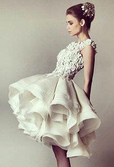 30 fotos de vestidos de noiva curtos da moda: com renda, curto na frente e longo atrás, simples, baratos, tomara-que-caia, para casamento civil e de dia!
