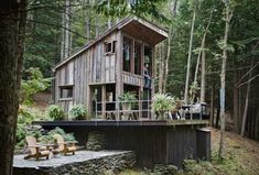 Small spaces of this rustic cabin in New York look stylish, spectacular and unique, offering comfortable atmosphere and country home charm for nature lovers. Fashion designer Scott Newkirk shows his c