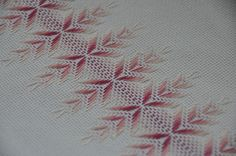 A ratitos perdidos: Punto yugoslavo Jacobean Embroidery, Swedish Embroidery, Types Of Embroidery, Embroidery Needles, Cross Stitch Embroidery, Drawn Thread, Thread Art, Free Swedish Weaving Patterns, Chicken Scratch Embroidery