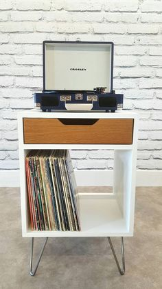 Home Interior Hamptons Mid century modern apartment decoration ideas Interior Hamptons Mid century modern apartment decoration ideas 48 Apartment Decoration, Modern Apartment Decor, Apartment Furniture, Studio Apartment, Record Player Table, Record Table, Modern Record Player, Record Players, Vinyl Record Stand