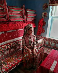 Hungarian Embroidery, Heart Of Europe, Family Roots, World Cultures, Hungary, Rum, Costumes, Traditional, Outfit