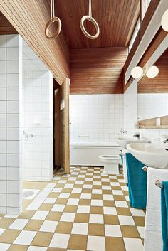 Bostäder till salu – Din lokala mäklare i Bromma – Ålstens Fastighetsbyrå Toilette Design, Restroom Design, Damier, Wet Rooms, Master Bath, Interior Inspiration, Mid-century Modern, Bathtub, Villa