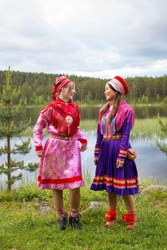 Two Sami reindeer herders having some fun during the summer Sami Awards Festival in Jokkmokk, Sweden, 2013 (Elisa Ferrari) Folk Costume, Costumes, Scandinavian Folk Art, Lappland, Culture, People Of The World, Traditional Dresses, Costume Design, Scenic Photography