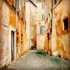 [Angoli di Roma] Un vicolo del rione Monti a Roma #igersroma by raffoar