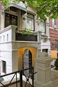 Stoopin' Around: Stoops on Upper West Side Manhattan New York Mehr Vivre A New York, Ville New York, Beautiful Buildings, Beautiful Homes, New York Brownstone, London Townhouse, Porches, New York Life, Upper West Side