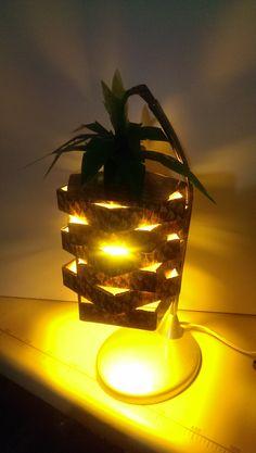 lampara inspirada en una piña con luz calida