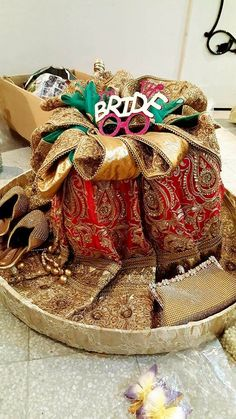 Bridal Gift Wrapping Ideas, Bridal Gift Baskets, Bridal Gifts, Indian Wedding Gifts, Creative Wedding Gifts, Indian Wedding Decorations, Wedding Art, Wedding Crafts, Trousseau Packing