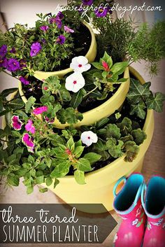 A Three-Tiered Summer Planter! - I created this three-tiered summer planter for my front porch! I labeled all of the flowers and plants I chose for a full-sun l… Tiered Planter, Planter Pots, Planter Ideas, Outdoor Planters, Outdoor Gardens, Pallet Planters, Amazing Flowers, Pretty Flowers, Lampe Photo