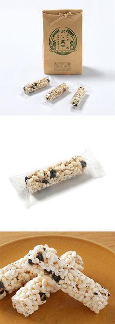 【黒大豆入りポン菓子(中川政七商店)】愛知県知多郡のポン菓子専門メーカー「家田製菓」で、無添加にこだわって作ったオリジナルのポン菓子です。国内産のうるち米をベースに、北海道産黒大豆と、愛知県産の赤米・黒米を混ぜ込みました。天然醸造醤油・沖縄の天然塩と、自然な甘さの含蜜てんさい糖を使用し、あっさりとした甘辛醤油味の自然な味わいに仕上げました。本物の米袋に詰め込んだポン菓子は、ちょっとしたおもたせやお茶菓子にどうぞ。 #package