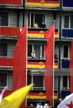 35. Jahrestag der DDRBürger auf ihren geschmückten Balkonenam Rande der Truppenparade - 1984