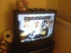Assistindo TV como forma de relaxar.  Meu time de futebol americano ta jogando.  Go Steelers.