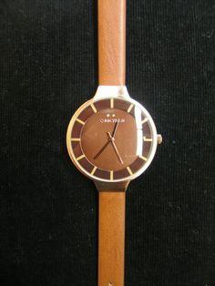 53e392f34343 Reloj correa fina en piel marrón de 1cm de ancho con esfera de 35mm en tono