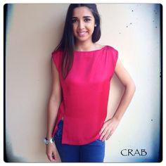 Blusa aberturas clássica... Disponível em vermelho, preto e branco...