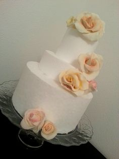 torta a piani per matrimonio con decorazioni di fiori