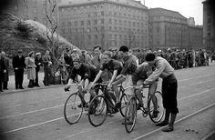 Pyöräilykilpailut Kallion urheilukentällä (Brahen kenttä) Helsingin kaupunginmuseo Väinö Kannisto 1947
