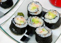 Zelfgemaakte sushi is goedkoper en smaakt veel lekkerder dan voorverpakte sushi uit de winkel. Bovendien is het ontzettend makkelijk om te maken!