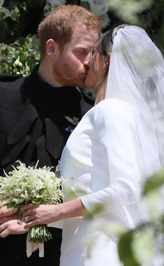 Prince Harry, Duke of Sussex and The Duchess of Sussex kiss as they leave St George's Chapel at Windsor Castle before the wedding of Prince Harry to Meghan Markle on May 2018 in Windsor, England. Royal Wedding Harry, Harry And Meghan Wedding, Meghan Markle Wedding, Royal Weddings, Prince Harry Wedding, Prinz Harry Meghan Markle, Harry And Megan Markle, Prince Harry Et Meghan, Princess Meghan