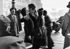 Robert Doisneau - Le Baiser de l'Hotel de Ville w