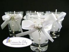 Vela em copo de vidro, embalada com celofane de fitas para decorar, acompanha terço e tag. Para embalagem de saco de organza, acrescentar R$ 1,00