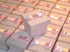 Caixinha em MDF, forrada em tecido floral, com acabamento em fita de cetim e laço. Pedido Mínimo: 15 unidades. R$ 7,25
