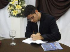 O #escritor #MatheusLCarvalho autografando um exemplar de seu livro #OValeDosLobos.
