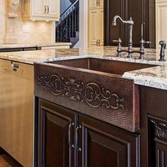 Best Farmhouse Themed Copper Sinks! We love apron-front copper sinks in a kitchen because they are large and beautiful. Copper Farmhouse Sinks, Farmhouse Sink Kitchen, Copper Sinks, Kitchen Sinks, Kitchen Islands, Farmhouse Style, Santa Clara, Home Design, Kitchen Sink Design