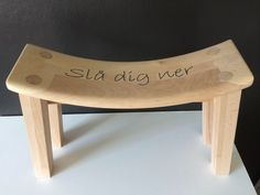 Från stolsrygg till pall Reuse, Upcycle, Wooden Stools, Wooden Projects, Made Of Wood, Outdoor Furniture, Outdoor Decor, Wood Art, Diy Home Decor