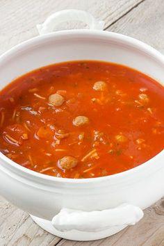 Lekkere soep maken is niet moeilijk: Oma's tomaten-groentesoep met balletjes en vermicelli.