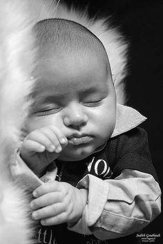 Photo Chut....photo judith gouebault - Portrait nourrisson 9 semaines en noir et blanc - GEO communauté photo