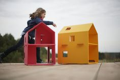 Smart cardboard toys for boys and girls by Trzymyszy. Cardboard Dollhouse, Cardboard Playhouse, Cardboard Toys, Cardboard Furniture, Kids Furniture, Furniture Design, Big Doll House, Cardboard Fireplace, Modern Toys
