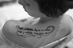 """Para algunos, tatuarse está lejos de ser un mero """"acto decorativo"""". Se trata, antes que nada, de la manifestación de una convicción profunda. Para la expresión de dicha certeza interior, hay quienes eligen imágenes; otros, prefieren palabras. Y así es que apuestan a su poder y se tatúan una frase. &iqu"""
