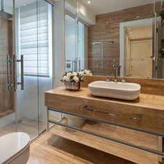 Bom dia gente!!! Cheio de energias boas! ✨✨✨ Banheiro com armário espelhado e revestido com mármore!   Veja dicas e mais 10 banheiros decorados com espelhos no blog DecorSalteado!  Projeto: Iara Kilaris @iarakilaris -------------------------------------------- Profissionais sigam o @DecorSalteado no Instagram, marquem suas fotos com a hashtag #decorsalteado e compartilhem seus projetos automaticamente no blog!
