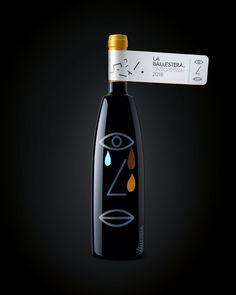 La Bodega La Ballestera es una pequeña bodega familiar que produce vinos tintos de autor en la zona de la Denominación de origen de La Mancha. En el diseño de producto utilizamos la serigrafía con un motivo cubista de un ojo, una boca y una nariz en alusión a los sentidos de cata. Cada botella después fue decorada a mano.  — #shyrah #tempranillo #petitverdot #redwine #luxury #cubism #picasso #illustration #popart #foodie #packagingdesign #graphicdesign #winelover #minimalism Branding, Swiss Army Knife, Illustration, Iglesias, Picasso, Wine Tags, Wine Label Design, Graphic Design Projects, Cover Design
