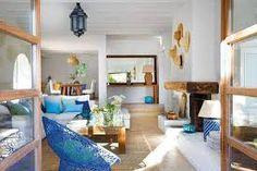 Resultado de imagen de villa estilo mediterraneo con vigas de madera y ventanales blancos