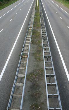 symmetrische compositie,  wordt gekenmerkt door een verticale en horizontale denkbeeldige as die min of meer een evenredige massaverdeling maakt van links en rechts.Je hebt dus een evenwichtige verdeling.