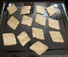 Galletas integrales saladas con semillas en placa para horno