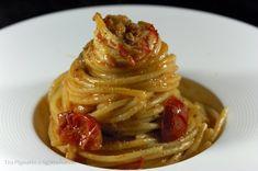 Spaghettoni con gamberoni, pomodorini, capperi e bottarga Easy Dinner Recipes, Gourmet Recipes, Seafood Pasta Recipes, Tapas, Italian Pasta, Main Meals, Pasta Dishes, My Favorite Food, Italian Recipes