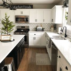 24 Beautiful Modern Farmhouse Kitchen Decor Ideas And Remodel. If you are looking for Modern Farmhouse Kitchen Decor Ideas And Remodel, You come to the right place. Below are the Modern Farmhouse Kit. Farmhouse Style Kitchen, Kitchen Redo, Home Decor Kitchen, Kitchen Styling, New Kitchen, Kitchen Dining, Farmhouse Ideas, Updated Kitchen, 10x10 Kitchen