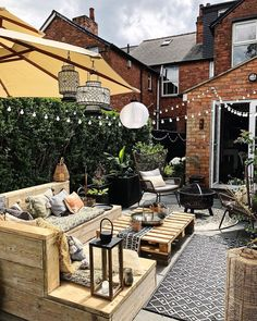 It's officially June which means we'll basically be living in our backyards from now on. Check out this beautiful backyard decor by… Garden Seating, Terrace Garden, Garden Spaces, Small Courtyard Gardens, Small Garden Design, Patio Design, Backyard Patio, Backyard Landscaping, Patio Roof