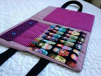 jolie pochette artiste. idée inspirée pour mes prochaines coutures pour Julia pour l'école Sewing Patterns For Kids, Sewing For Kids, Sewing Ideas, Crafts For Girls, Diy And Crafts, Diy Sewing Projects, Projects To Try, Artist Bag, Hospital Gifts