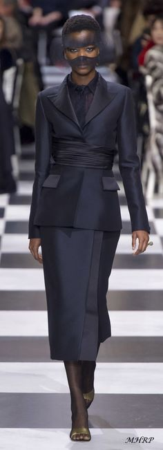 The complete Christian Dior Spring 2018 Couture fashion show now on Vogue Runway. Christian Dior Couture, Dior Haute Couture, Couture Mode, Couture Fashion, Runway Fashion, Couture Week, Fashion Moda, Fashion 2018, High Fashion