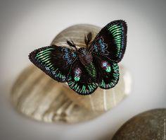 Купить или заказать Нокс в интернет-магазине на Ярмарке Мастеров. Огромная черная бабочка была названа в честь древнеримской богини ночи. Вышита бисером, ярко-зеленой канителью, черным канительным кружевом и черным пером с мистическим зеленоватым отливом.