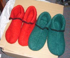 Disse filtede hjemmesko er nemme at strikke og kan personliggøres og varieres i det uendelige! Disse hjemmesko er strikket på den enkleste måde - i 1 stykke i retstrik Jeg lavede de to par til min b