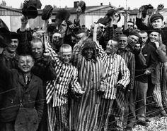Libération du Camp de concentration de Dachau après l'arrivée des troupes américaines, le 3 mai 1945. (Prisoners of the Dachau Concentration...