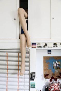 The Socialite Family   Croisé de jambes dans la cuisine de Margherita Chiarva. #portrait #meet #lifestyle #cityguide #milan #margheritachiarva #photographer #photographe #art #homedecor #homeinspiration #decoration #bohemianlife #inspiration #home #thesocialitefamily