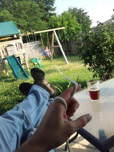 padre jala al hijo con un hilo mientras esta tomando una cerveza desde la sombra