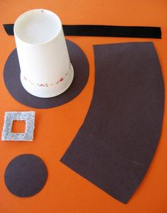 How to make a pilgrim hat. A fun craft for kids or kid's Thanksgiving table idea #thanksgiving #craft skiptomylou.org