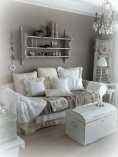 Mooie kleur op de muur, mooi met de sierlijsten langs het plafond en leuke luiken als decoratie