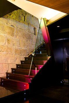 La piedra desnuda con su carácter rústico y local se funde con el granito pulido y el acero bañados con luces y acompañados del cristal más fino para otorgar al Hotel INFFINIT de su encanto característico.