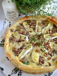 Mirabelkowy blog: Tarta z pieczarkami, serem camembert i orzechami Camembert Recipes, Queso Camembert, Vegetarian Recipes, Snack Recipes, Cooking Recipes, Quiche, Eat Happy, Good Food, Yummy Food